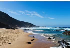 晴空下群山环绕的海滩美景_10112145