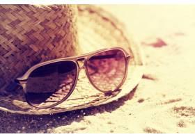 暑假或度假的概念沙滩上戴着草帽的漂亮太_1120331