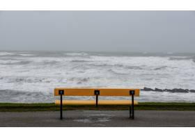 暴风雨期间在多云的天空下被大海包围的海_11354132
