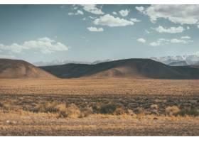 有丘陵和山脉的沙漠山谷的宽阔镜头_7814557