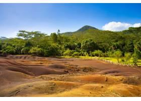毛里求斯树木环绕的七色土地上的沙丘景观_12858429