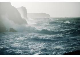 海浪撞击岩层的美丽景色_11207033