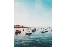 海面上漂浮着渔船碧蓝的天空十分美丽_7810491