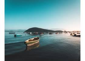 海面上漂浮着渔船碧蓝的天空十分美丽_7814624