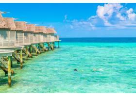 热带马尔代夫岛上美丽的水上别墅_1129683