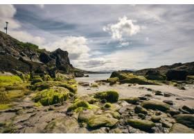 爱尔兰白天多云天空下被大海和岩石包围的城_10613770