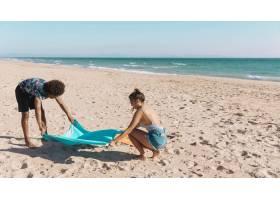 甜心们在海滩上铺开毛巾_4435778