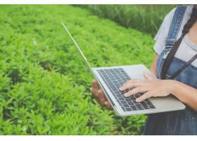 用农用平板电脑检查工厂的农业妇女一种现_5216124