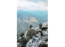 男性徒步旅行者独自坐在落基山风景上_5245672