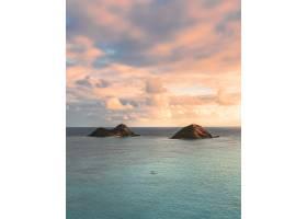 在美丽的多云天空下海里小山的美丽镜头_9927139
