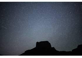 在美丽的繁星点点的夜空下低角拍摄的一座小_9932872