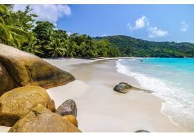 塞舌尔普拉斯林的海滩在阳光和蓝天下被_11111866