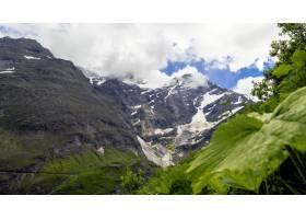 多云天空下积雪覆盖的山区风景的美丽风景_13319432