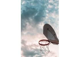 多云天空下篮球篮筐的低角观赏_3170375