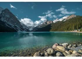 多云的天空下冰冷的湖面上倒映着群山的美_8281094