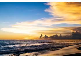 大海上的日落美丽明亮的天空倒映在水中_2440493