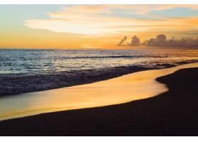 大海上的日落美丽明亮的天空倒映在水中_2440495