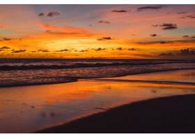 大海上的日落美丽明亮的天空倒映在水中_3064220
