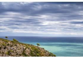 天空多云的悬崖和大海的壮观景色_13210653