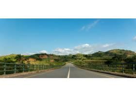 安哥拉凯夫河上被群山环绕绿树成荫的公路_10834821