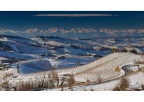 意大利狼河山麓被白雪覆盖的美丽景色_10758801