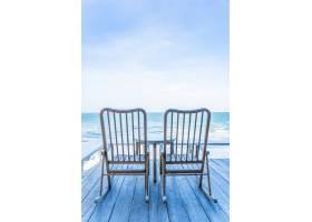 户外露台上有空空的木椅和桌子有美丽的热_4323958