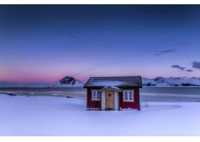 挪威五颜六色的天空下积雪覆盖的田野中央的_10637158