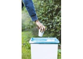 一名男子在垃圾桶里扔垃圾_2377732