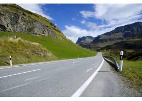 一条被群山环绕的风景优美的高速公路的远景_11111344