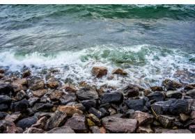 从岩石上流过的河浪的美丽景色_9759790