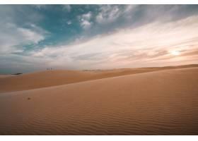 令人叹为观止的多云天空下沙丘的美丽景色_9185258