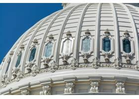 华盛顿特区阳光和蓝天下的美国国会大厦圆顶_10860195