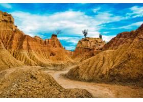 哥伦比亚塔拉科亚沙漠蓝天下的沙石_10944376