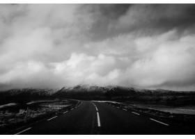在一条狭窄的道路上美丽地拍摄到了令人叹为_7630714