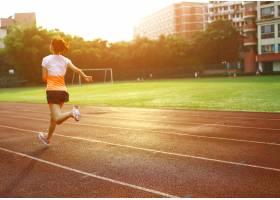 在体育赛道上跑步的女子_944700