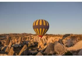 在土耳其卡帕多西亚的日落时分热气球在山_10978611