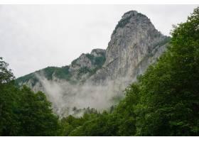 在多云天空的衬托下低角拍摄了一座雾蒙蒙_12045877