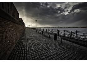 在多云的一天在利物浦海边的人行道上拍到_9076542