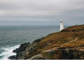 阴天海边长满青草的小山上的灯塔令人叹为_12947542