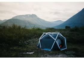 露营帐篷充气结构矗立在山坡上美丽而鼓_11254027