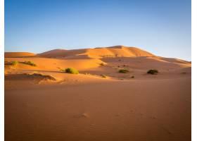非洲摩洛哥阳光下的撒哈拉沙漠和蓝天_10835506