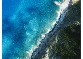 空中拍摄的群山大海的美丽画面_7678506