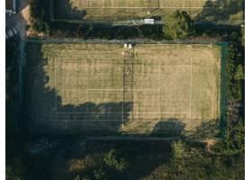 空中拍摄的被树木包围的网球场_7810609