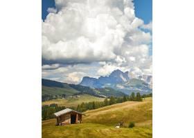 绿地上的木屋白云下有美丽的群山_10303833
