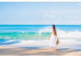 美丽的亚洲年轻女子在旅游假期蓝天白云环绕_11206170