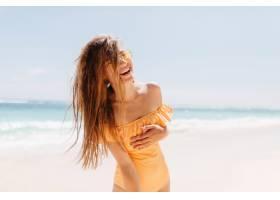 美丽的年轻女子在海滩上真诚地笑着摆姿势_11366684