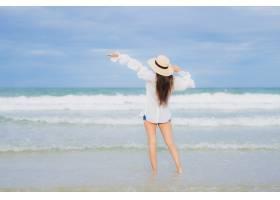 肖像美丽的亚洲年轻女子假期旅行中在海滩海_10473340