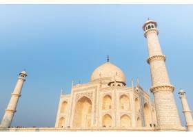 蓝天下印度泰姬陵的低角拍摄_9990919
