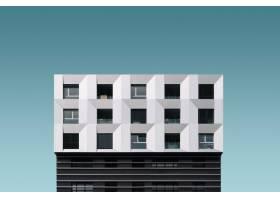 蓝天下的金属银色和黑色现代建筑_8943330