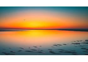 荷兰弗鲁文波尔德拍摄到的湖面上太阳倒影的_9282892
